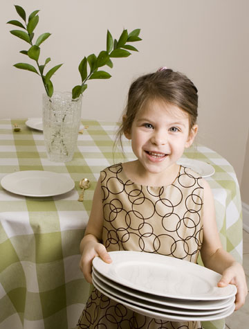 שתפו את הילדים בהכנות לארוחה - וכך יש סיכוי טוב יותר שהם יסכימו לטעום דברים חדשים (צילום: shutterstock)