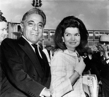 בזבזה את כספו. עם בעלה השני, אריסטוטל אונאסיס (צילום: gettyimages)