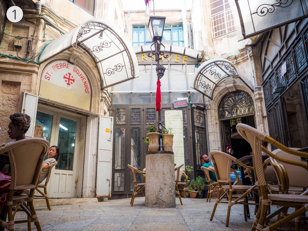 תחנה ראשונה: עמוד הלגיון העשירי במרכז המסחרי היווני, סמוך לחזית שער יפו (צילום: אוריה תדמור)