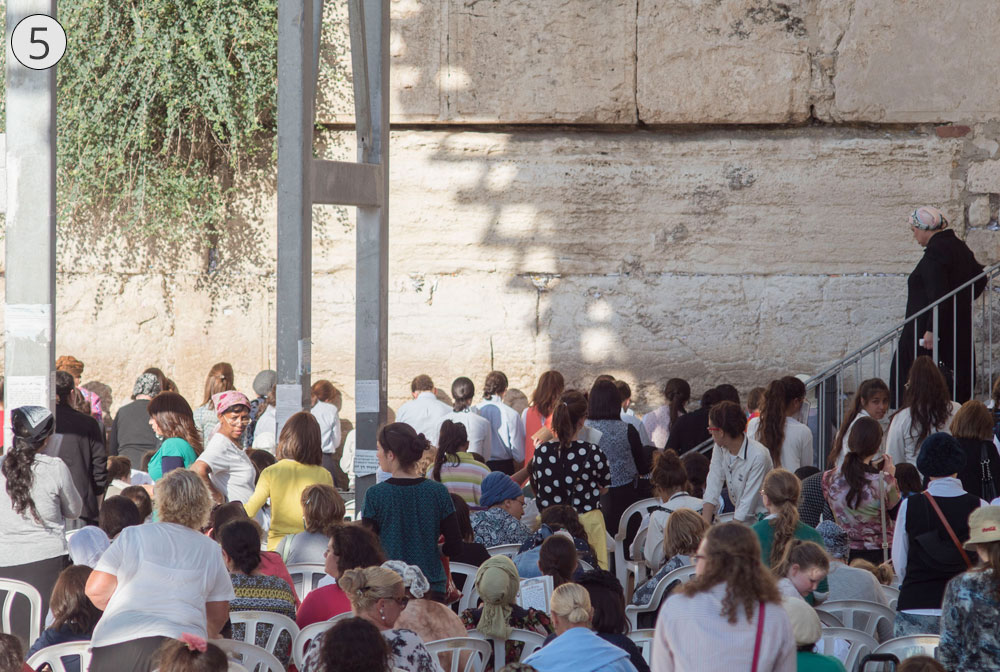 תחנה חמישית: שער ברקלי. אפשר להבחין במשקוף השער המצוי בגובה הנדבך השלישי, בקצה של עזרת הנשים ברחבת הכותל (צילום: אוריה תדמור)
