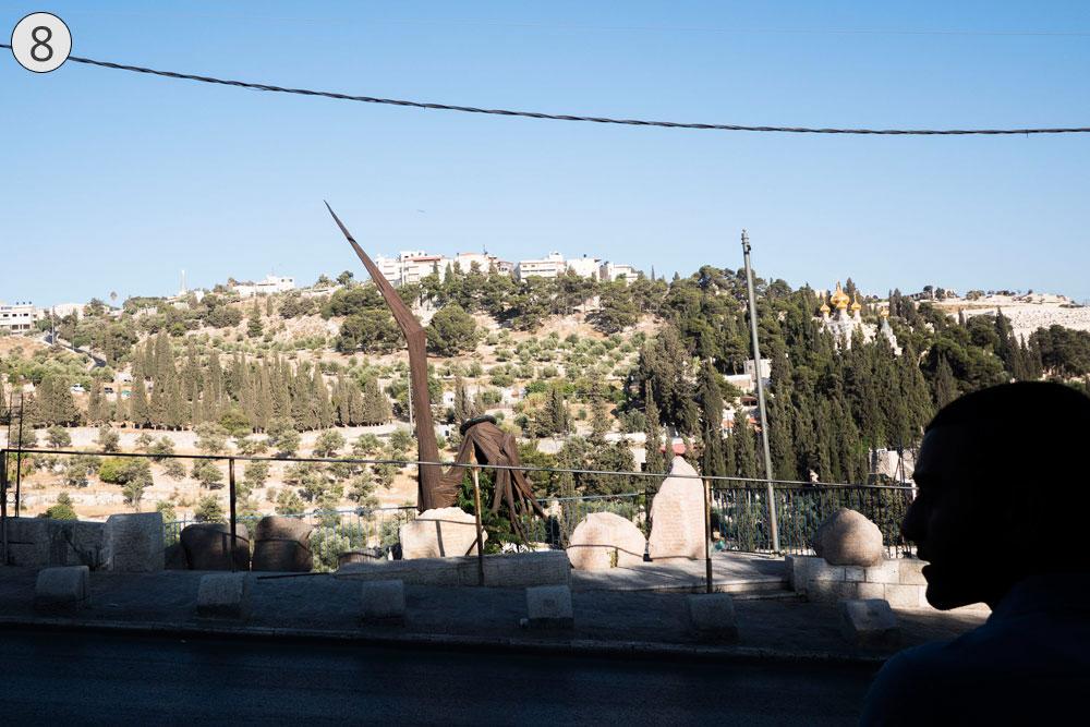 תחנה שמינית: האנדרטה לחללי חטיבת הצנחנים, שלחמו כאן ב-1967 ושחררו את העיר העתיקה. הוונדליזם חוגג (צילום: אוריה תדמור)