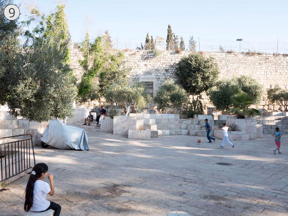 תחנה תשיעית: בריכת ישראל, שהייתה פעם בריכה אמיתית והיום היא מגרש חניה וגן (צילום: אוריה תדמור)