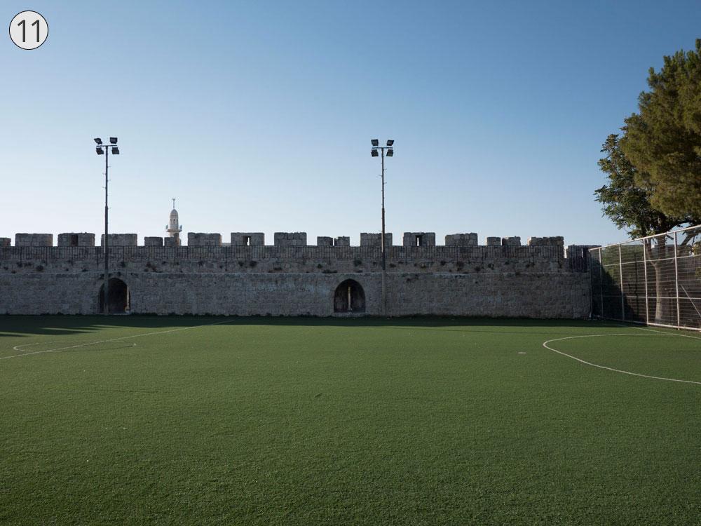 תחנה 11: גן משחקים וכדורגל ''אבנא אל קודס'' סמוך לשער הפרחים. שטח ציבורי מרענן (צילום: אוריה תדמור)
