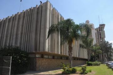 """""""וילון בטון"""" בבניין העירייה (צילום: הרצל יוסף)"""