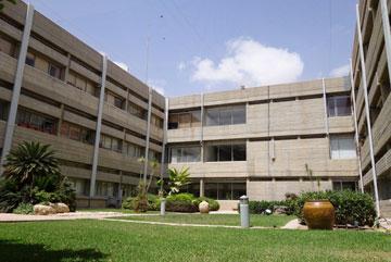 חצר פנימית בבניין העירייה (צילום: מיכאל יעקובסון)