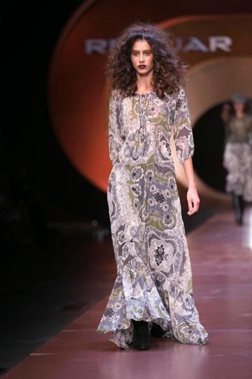 שמלות שיפון רכות בין לוקים נוקשים. רנואר (צילום: לם וליץ סטודיו)