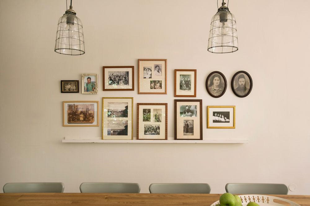 תמונות משפחתיות, עתיקות לצד חדשות, מאחורי דלפק האכילה במטבח (צילום: שירן כרמל)