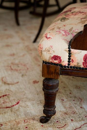 """כורסה מחודשת ושטיח """"זיגלר"""" בסלון (צילום: שירן כרמל)"""