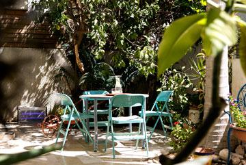 על השולחן בחצר עבודת פסיפס מעשי ידי בעלת הבית (צילום: שירן כרמל)
