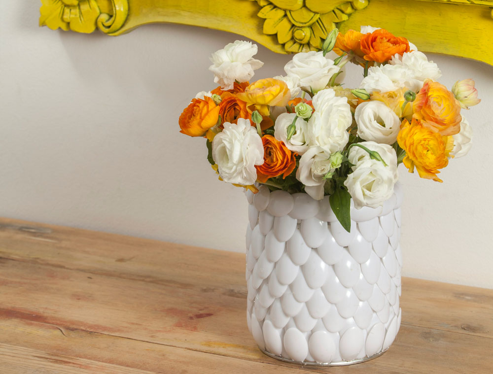 אגרטל פרחים  עשוי מכפיות חד פעמיות, המודבקות על קופסת שימורים (צילום: טל ניסים)