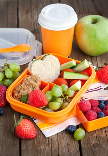 החליפו את הממתקים והחטיפים בפירות, ירקות וסנדוויצ'ים קטנים (צילום: shutterstock)