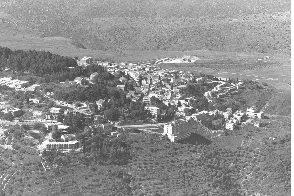 """צילום אוויר של מתחם בית בוסל משנות ה-70. המכללה רכשה את בית בוסל עצמו לפני חמש שנים, והחליטה להסב אותו לשימושים אקדמיים (צילום: משה מילנר, לע""""מ)"""