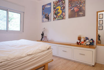 אוסף של פוסטרים חתומים של סרטי ''פיקסאר'', גם בחדר השינה (צילום: נועם דוד-סטודיו גלימפס)
