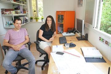מור שיפר ואופיר כץ, השותפים ב''מרובעים אדריכלים'', במשרד שבדירה  (צילום: נועם דוד-סטודיו גלימפס)