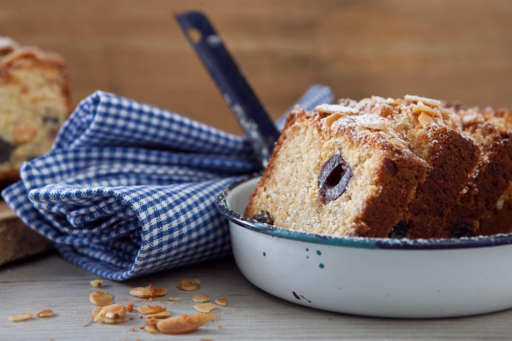 עוגת מרציפן עם דובדבנים (צילום: שירן כרמל, סגנון: שרון טמיר)