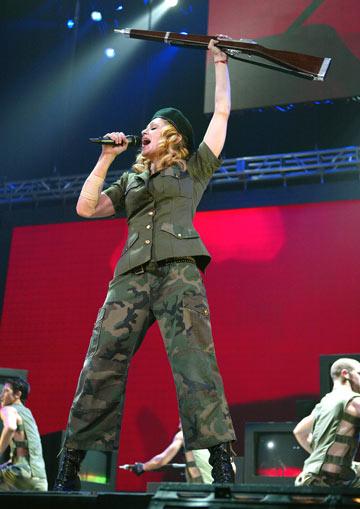 כרוניקה של אקדח. מדונה בהופעה בשנת 2004 (צילום: gettyimages)