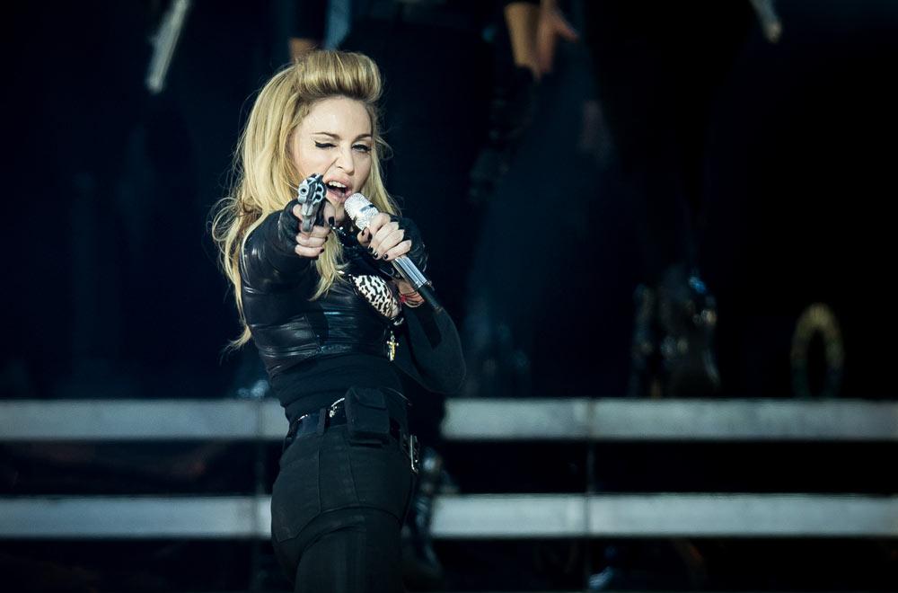 מדונה במופע MDNA. השיר Gang Bang עורר  ביקורת קשה כלפי האלימות שהציגה מלכת הפופ על הבמה (צילום: gettyimages)