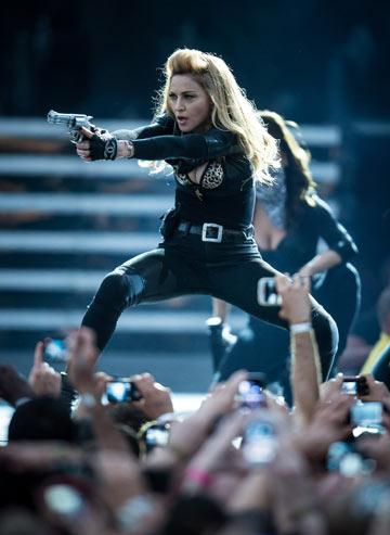 מדונה. התבקשה על ידי משטרת אדינבורו להסיר את האקדחים מהתוכנית האמנותית, וסירבה (צילום: gettyimages)