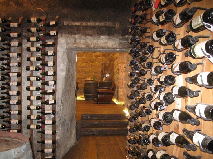 זכר לימי  היקב. חדר יין ב-YVEL (צילום: אריאלה אפללו)