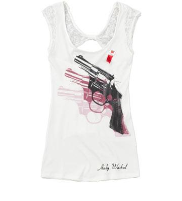 """גופייה עם הדפס של אקדחים צבעוניים מסדרת """"אנדי וורהול"""" של המותג פפה ג'ינס"""