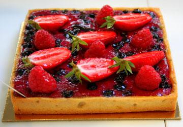 טארט תותים עם קרם שקדים ופיסטוק (צילום: שרון היינריך)
