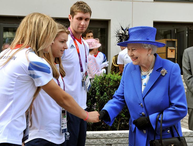 מלכת אנגליה אליזבת השנייה מגיעה לאולימפיאדה. המלכה לא משנה את סגנונה בשביל אף אירוע, גם לא בשביל המשחקים האולימפיים (צילום: gettyimages)