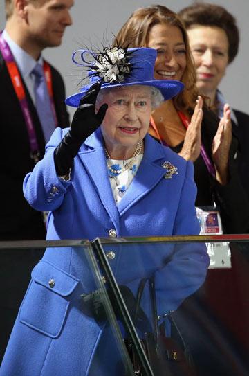 המלכה אליזבת. חליפה מחויטת וכובע תואם (צילום: gettyimages)