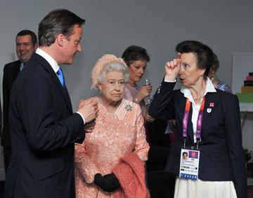מלכת אנגליה, עם הנסיכה אן ודיוויד קמרון. הפגינה חוש הומור (צילום: gettyimages)