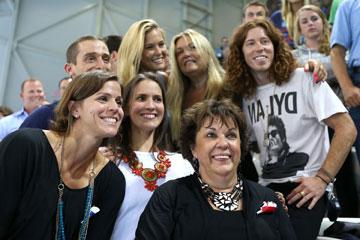 בר רפאלי עם אמה ציפי לוין, שון ווייט ומשפחת פלפס. סופר-ספורטיביים (צילום: gettyimages)