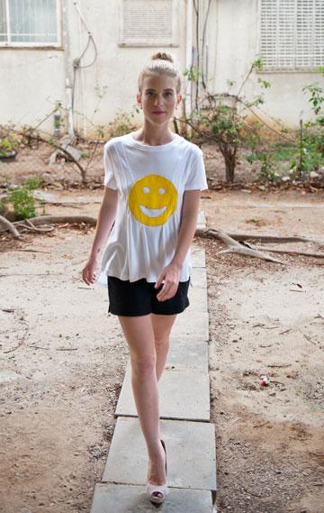 Anatomya. חולצת טי לבנה עם דוגמת סמיילי צהוב מקטיפה: 445 שקל (צילום: דניאל פטניוב)
