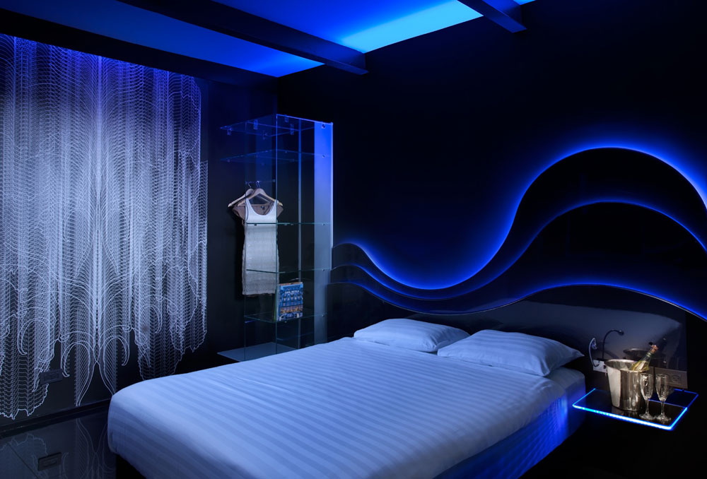 וכך זה נראה מפנים: אחד מחדרי ה''טמפלר'ס'', עם קירות שחורים ותאורה לד כחולה (צילום: אורי אקרמן)