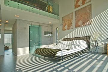 דלת מזכוכית חלבית מובילה לחדרי הרחצה והארונות (צילום: עמרי מירון)