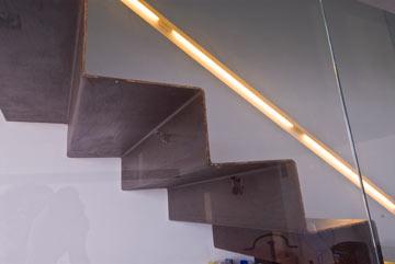 מדרגות פח שוקעו בקיר הבטון, כמו מרחפות (צילום: עמרי מירון)