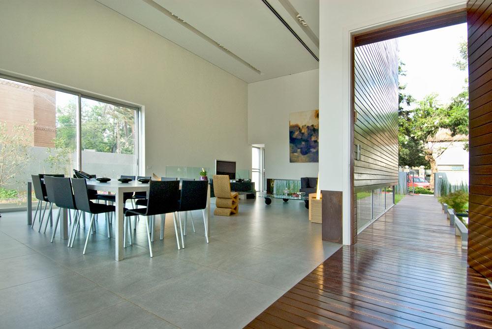 רצפת בטון, חללים בגובה ששה מטרים וחלונות מאלומיניום בצבע טבעי יוצרים מראה מודרני ונקי  (צילום: עמרי מירון)