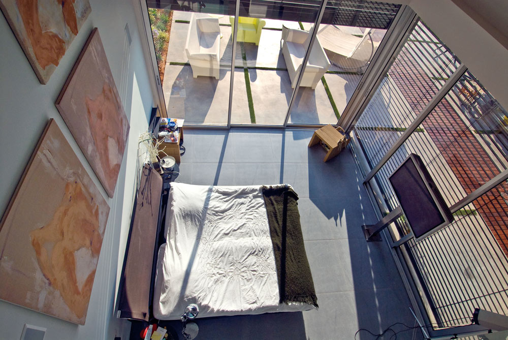 לחדר השינה גבה התקרה שני קירות שקופים (צילום: עמרי מירון)