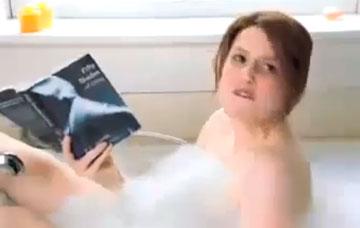 גם סאטרדיי נייט לייב אוהבים לעשות את זה במקלחת. מתוך המערכון על ''50 גוונים של אפור''