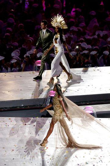 דוגמניות העל על הבמה. מיצג של אופנה בסיום האולימפיאדה (צילום: gettyimages)