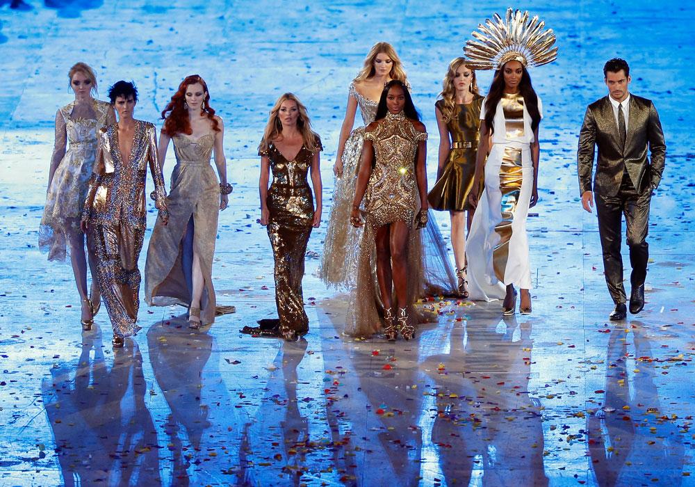 דוגמניות העל עולות על הבמה בטקס הסיום של האולימפיאדה. נערות הזהב של לונדון (צילום: gettyimages)
