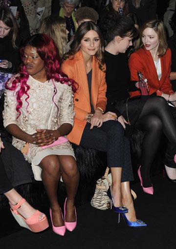 אוליביה פלרמו ואזליה בנקס בשורה הראשונה בתצוגת האופנה של מאלברי (צילום: gettyimages)