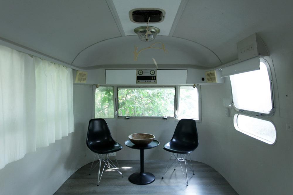 פינת ישיבה בטריילר. העיצוב המחודש יצר חלל מגורים נעים ואופנתי, שעושה שימוש רב ככל הניתן בחפצים המקוריים (באדיבות קרן מילכברג פורת)