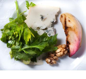 סלט אפרסקים צלויים עם גבינת רוקפור ואגוזי מלך (צילום: דן חיימוביץ', כלים: ''ארטמיס'', קיבוץ מעברות)