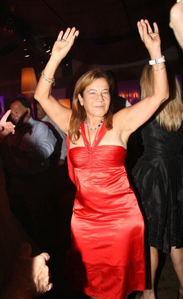 ג. יפית. לחתונתה עם ד''ר בנימין ארד היא לבשה שמלת סטרפלס לבנה של גלית לוי (צילום: יגל בר קמא)