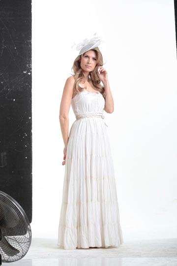 דפנה שחר. בחרה שתי שמלות של גלית לוי: אחת קלאסית לבנה וצנועה לחופה, ושנייה קלילה יותר לריקודים (צילום: אלכס ליפקין)