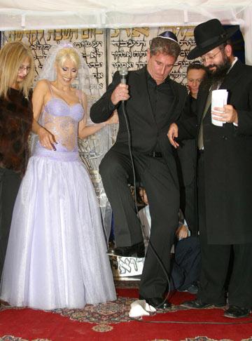 פנינה רוזנבלום ושמלת הכלה הסגולה בחתונתה עם איש העסקים רוני סימנוביץ' (צילום: מאיר פרטוש)