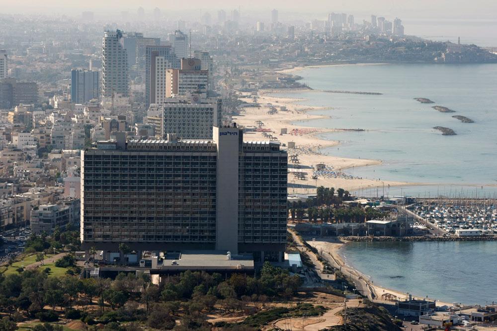 הנוף - מדהים, הסגנון - ברוטליסטי. מלון הילטון בתל אביב בתכנונו של יעקב רכטר. אחד המבנים האיקוניים של העיר (צילום: גלעד קוולרצ'יק)