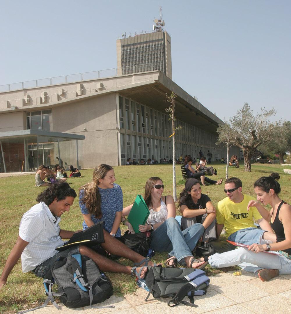 בניין אוניברסיטת חיפה, החולש על העיר ועל מפרץ חיפה, אינו זוכה לחיבה מקיר לקיר אף שיש לו אוהדים רבים. בולטותו אינה סיבה טובה לרוץ אליו בעת הצורך, ומצד שני, הבנייה איתנה. תחליטו (צילום: אלעד גרשגורן)