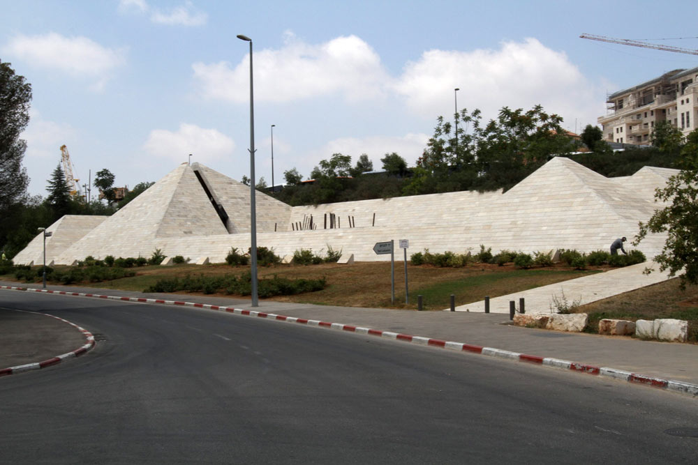 מבנה מרשים, בעל מראה חסון. בית יד לבנים בירושלים (צילום: שלומי כהן)