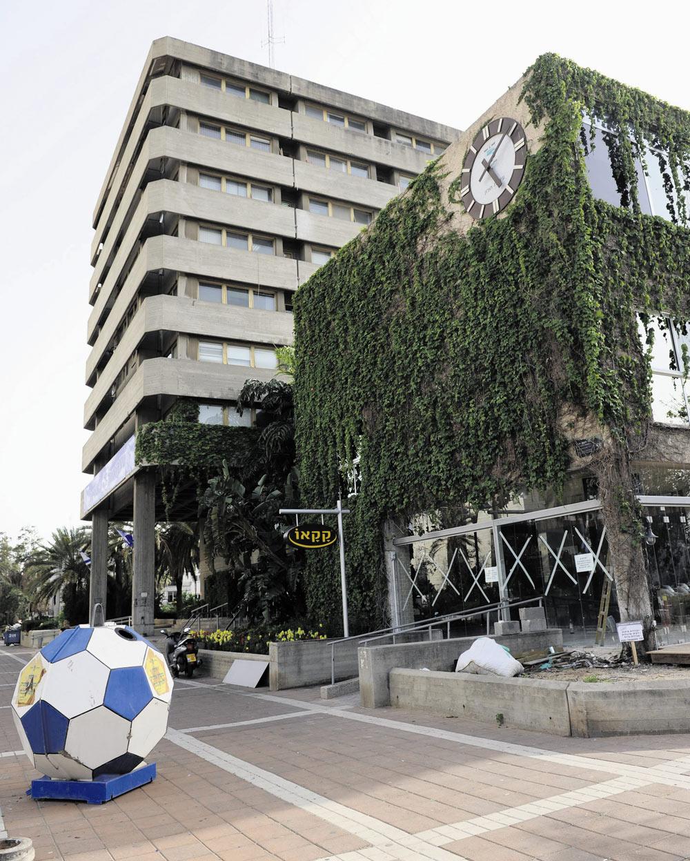 עיריית חולון: חלקו הראשון של המבנה מ-1958, חלקו השני נבנה 20 שנה מאוחר יותר (צילום: קובי קוואנקס)