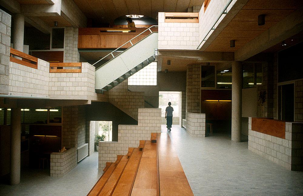 בית הספר דה איינדלנדן באמסטרדם. הסובלים מבעיות קשב וריכוז יעריצו את האדריכל הזה (צילום: Herman Hertzberger)