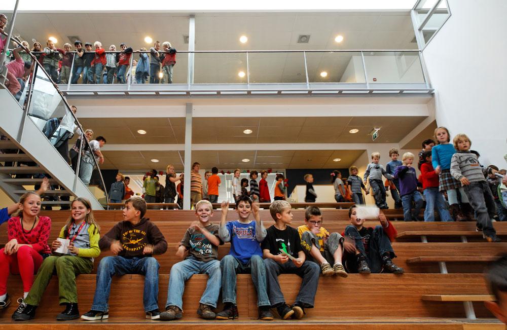 המתחם החינוכי אפולו באמסטרדם, שאותו תיכנן הרצברגר ב-1983. אם התלמידים מתקשים להשתמש בגרמי המדרגות המונומנטליים, הוא חושב שזה חיובי (צילום: http://www.ahh.nl)